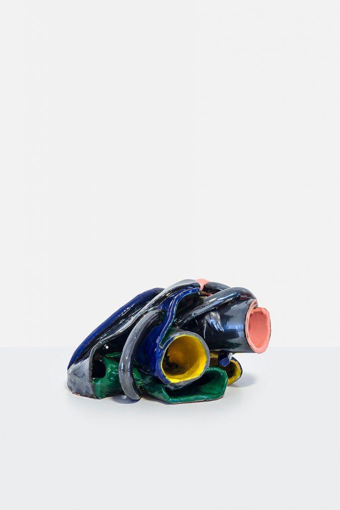Os tubos ou a mão, 2018 Cerâmica e esmalte 25 x 30 x 23 cm